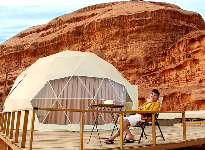Trong chuyến du lịch Trung Đông, Đoan Trường lưu trú ở khách sạn có hình dáng độc đáo như những chiếc lều trang bị đầy đủ tiện nghi hiện đại.