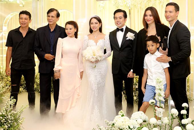Dương Khắc Linh tổ chức hôn lễ hoành tráng với vợ 9X tại một khách sạn 5 sao ở TP HCM. Đại gia đình ca sĩ Hồ Ngọc Hà đến chung vui cùng anh. Đây là lần hiếm hoi cả nhà Hà Hồ cùng dự đám cưới của đồng nghiệp.
