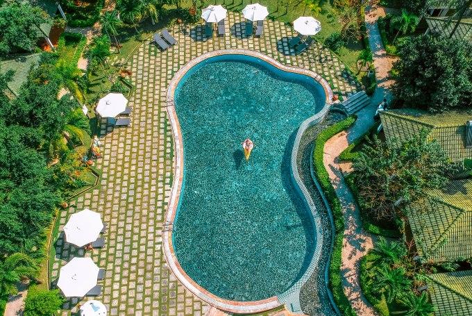 Ngoài bãi biển riêng đẹp cùng khuôn viên xanh mát, Famiana còn cung cấp các tiện ích thú vị như hồ bơi, nhà hàng, bar café, spa thư giãn, phòng gym và nhiều hoạt động thể thao giải trí như sân golf, sân tennis, bắn cung...
