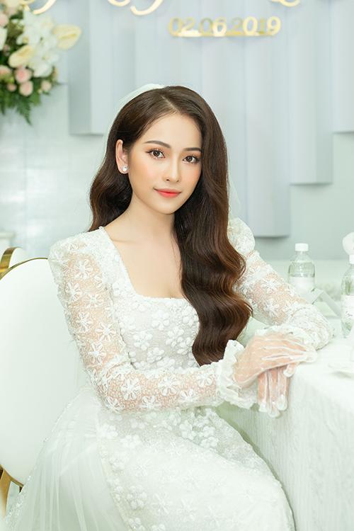Theo anh, kiểu makeup này sẽ giúp làm nổi những ưu thế vẻ ngoài, đồng thời phù hợp với đường nét gương mặt thanh thuần lẫn tính cách của cô dâu.