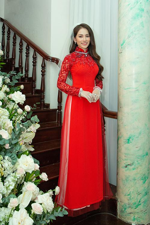 Khi thực hiện nghi lễ vu quy, Sara Lưu diện tà áo dài đỏ với ước vọng có được sự may mắn, hạnh phúc khi bước sang chương mới của cuộc đời, phù hợp với quan niệm của người phương Đông.
