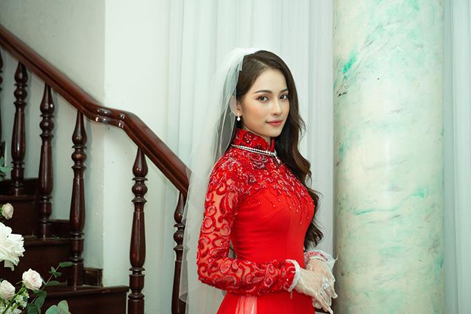 Khác với tà áo dài trắng, áo dài lụa đỏ của Sara được đính kết đá cao cấp từ cổ đến ngực, có họa tiết ren nổi ở tay áo trên nền voan mỏng giúp tân nương trở nên gợi cảm, quyến rũ.
