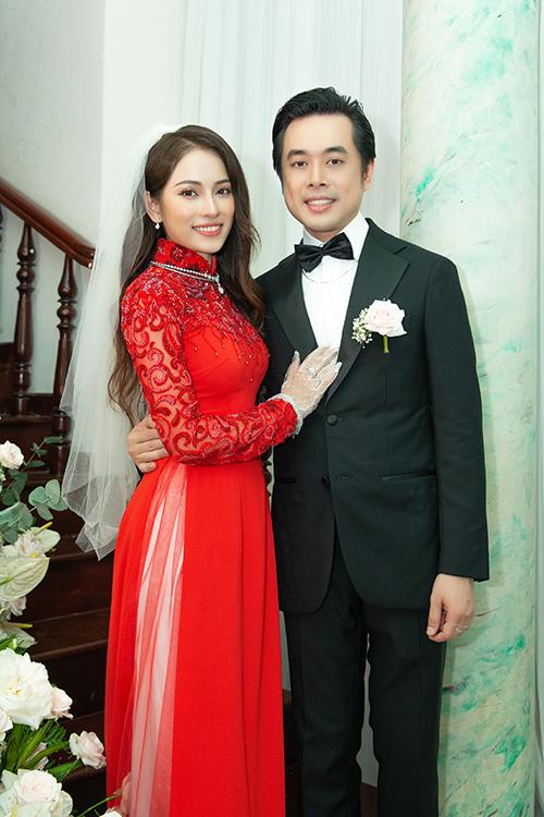 Tối cùng ngày, chú rể Dương Khắc Linh và cô dâu Sara Lưu sẽ tổ chức tiệc cưới tại một khách sạn cao cấp ở TP HCM với sự góp mặt của nhiều nghệ sĩ nổi tiếng trong làng giải trí Việt. Một điểm đặc biệt ở đám cưới là khách mời sẽ diện trang phục đen, hồng theo sở thích của cặp vợ chồng.