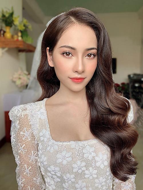Để chuẩn bị kỹ lưỡng cho buổi trang điểm, Hiwon khuyên cô dâu đi ngủ sớm vào tối hôm trước, có thể đắp mặt nạ để có được nước da sáng bóng, căng mịn vào sáng ngày hôm sau. Lối trang điểm Hàn Quốc mà Hiwon áp dụng có ưu điểm là đạt đến sự tự nhiên, trang điểm như không, giúp nàng dâu tươi tắn, thanh lịch mà không trở nên rực rỡ, sắc sảo quá mức. Ảnh: Hiwon