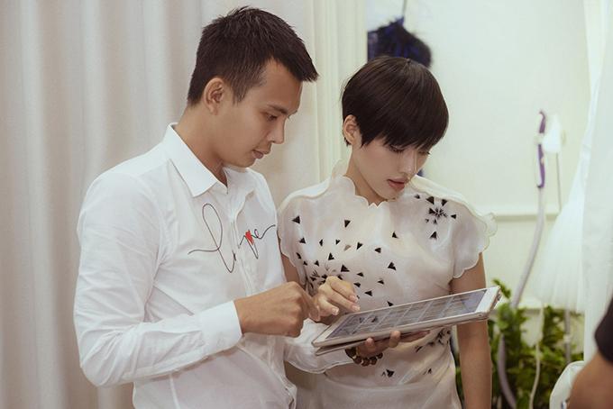 Đỗ Long cũng trao đổi kỹ lưỡng với Khánh Linh The Face về các thiết kế mới và phong cách thảm đỏ phù hợp với chủ đề show diễn.