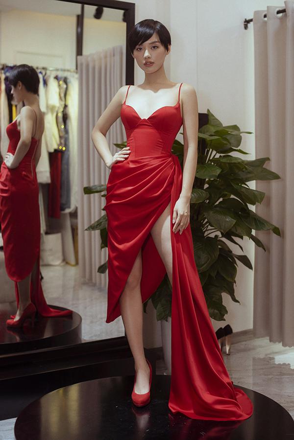 Khánh Linh tôn đường cong hình thể với mẫu váy xiết eo đi kèm chi tiết xẻ cao sexy.