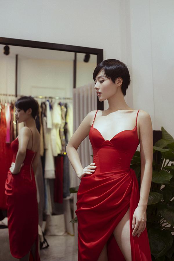 Phần cắt cúp ngực khéo léo mang lại sự tinh tế cho phần thân trên của mẫu váy dạ tiệc.