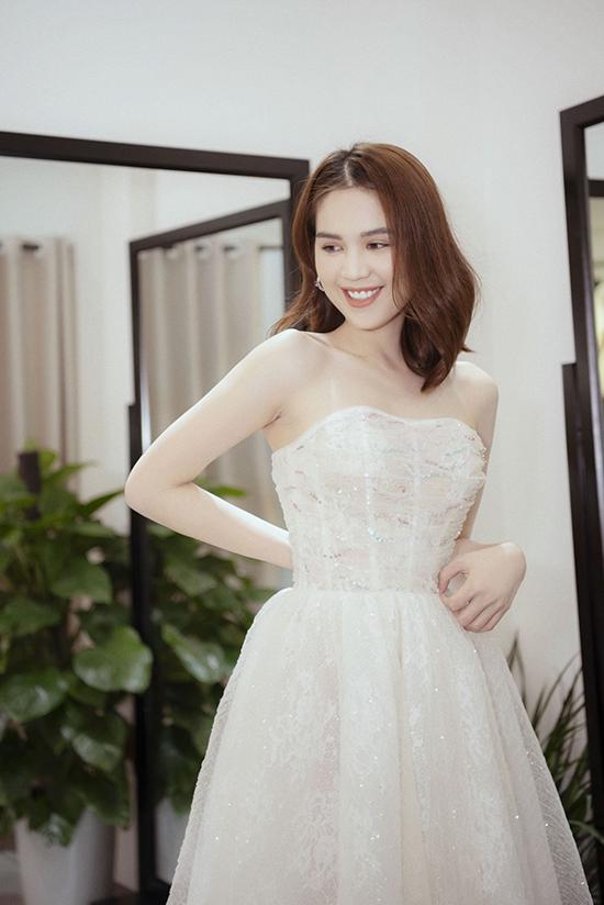 Trước đó, Đỗ Long cũng là nhà thiết kế thực hiện bộ váy cho Ngọc Trinh tại Liên hoan phimCannes 2019. Mẫu váy xuyên thấu khiến cả hai nhận được nhiều ý kiến khen chê trái chiều từ dư luận.