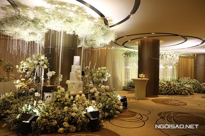 Phía bên cạnh khu photobooth là khu vực gallery bày biện ảnh cưới của cô dâu chú rể và những khóm hoa tươi đóng vai trò tô điểm không gian.