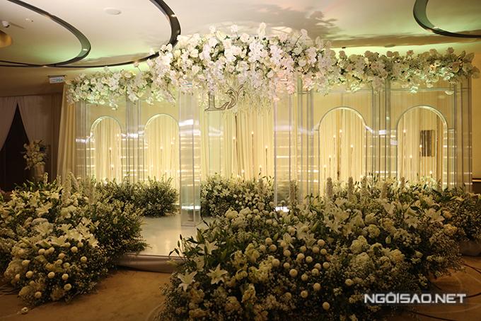 Tối 2/6, Dương Khắc Linh và Sara Lưu đã tổ chức tiệc cưới tại một khách sạn cao cấp ở TP HCM. Uyên ương dựng hẳn mô hình một tòa lâu đài cổ tích ở khu vực chụp ảnh ngoài sảnh tiệc. Hàng nghìn bông hoa hồng, loa kèn, tú cầu, hồng môn mang sắc trắng được sử dụng để trang trí không gian.
