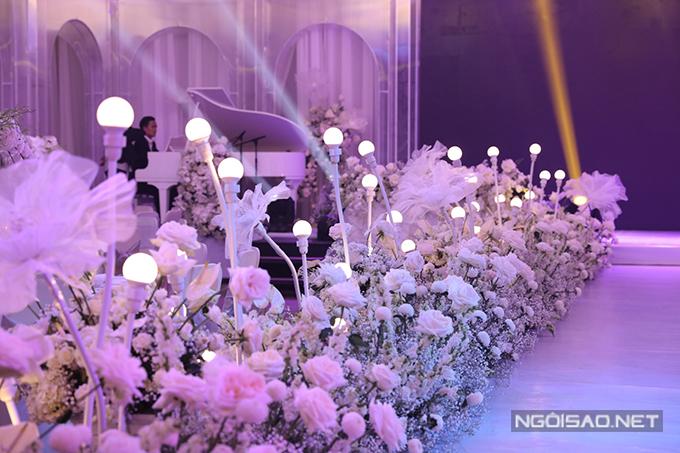 Đàn piano xuất hiện trên sân khấu hứa hẹn đêm tiệc sẽ có nhiều tiết mục ca nhạc đặc sắc.
