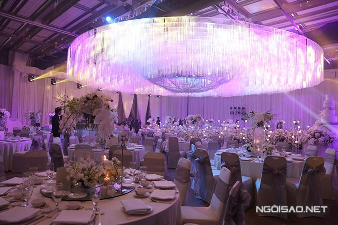 Dàn đèn cỡ lớn giúp không gian đạt đến độ sang trọng, xa hoa theo mong muốn của cô dâu, chú rể.