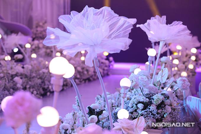 Lối lên lễ đường được trang trí với mô hình hoa 3D, những khóm hoa tươi mang sắc trắng, giúp hoàn thiện concept tiệc khu vườn tình yêu.