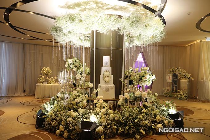 Sự sắp đặt các vật dụng trang trí, sự xuất hiện của hàng nghìn đóa hoa giúp không gian cưới của uyên ương tựa một khu vườn tình yêu, kể lại những khoảnh khắc hạnh phúc của uyên ương trên nền cảnh những bông hoa bung nở hương sắc.