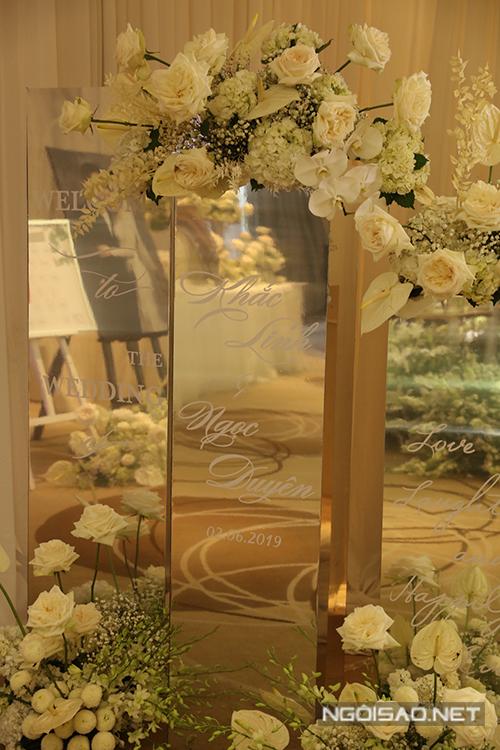 Uyên ương đều muốn hướng tới sự hiện đại nên tiệc cưới sử dụng bảng welcome từ gương kính, thể hiện sự bắt kịp xu hướng trang trí cưới đương đại của phương Tây.