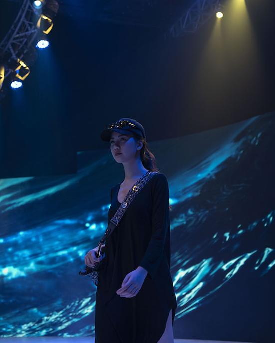 Siêu mẫu Bùi Quỳnh Hoa ăn mặc đơn giản khi đi tập catwalk.