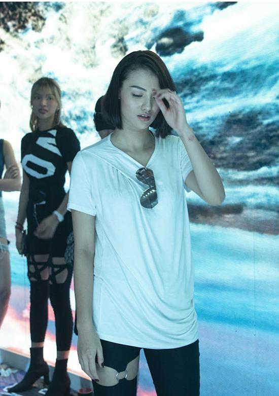 Siêu mẫu Hồng Quế cũng bày từ Hà Nội vào Sài Gòn để tham gia tập luyện và góp mặt trong show diễn thứ 2 của Đỗ Long.