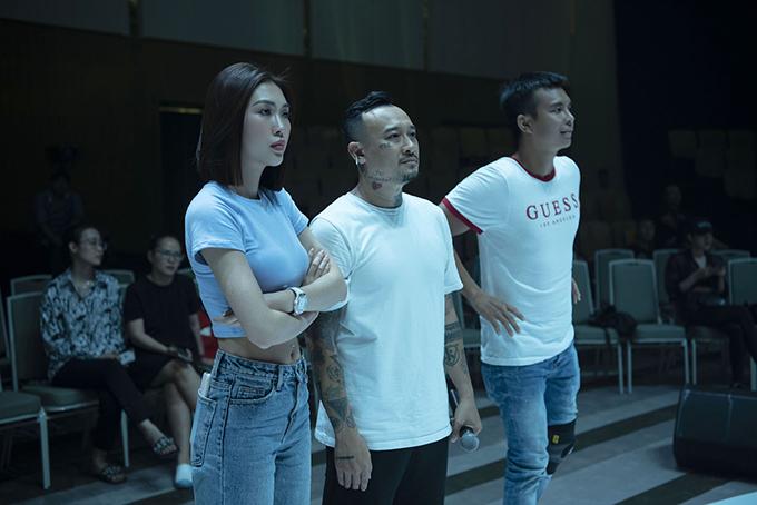 Nhà thiết kế Đỗ Long (phải) luôn túc trực để chỉ đạo catwalk, đội hình, bố cục sân khấu. Anh đồng thời chăm chút hiệu ứng phông nền, âm nhạc phù hợp, mong muốn mang đến những phần trình diễn thời trang mãn nhãn.