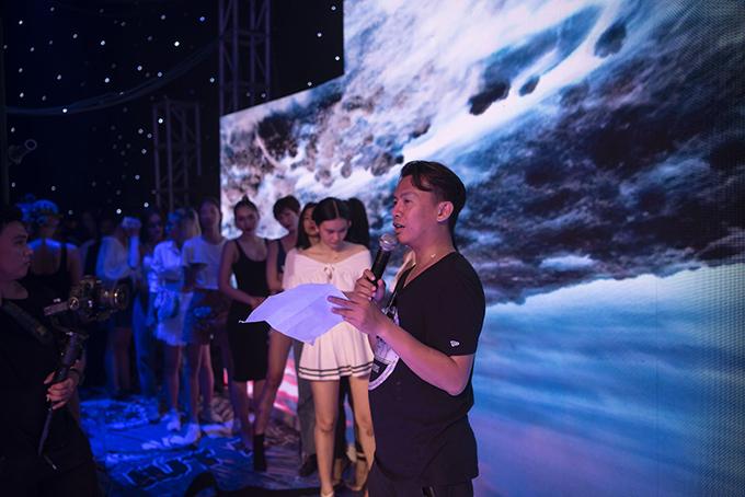 Để chuẩn bị chu đáo cho show diễn cá nhân lần 2 của nhà thiết kế Đỗ Long, đạo diễn catwalk và dàn người mẫu đã có các buổi tập luyện, tổng duyệt chương trình.