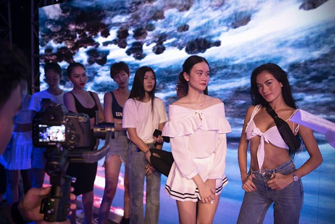 Như Vân nổi bật bên dàn mẫu trong buổi tổng duyệt chương trình nhờ phong cách thời trang cá tính và gợi cảm.