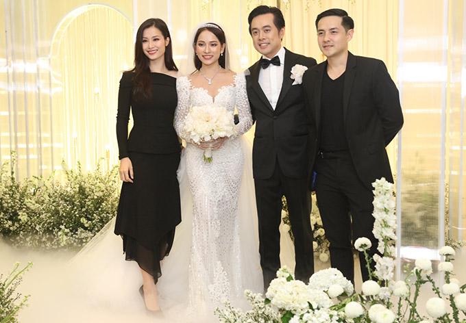 Đông Nhi - Ông Cao Thắng mặc ton-sur-ton đen đi ăn cưới.