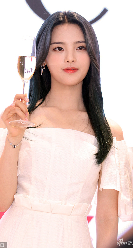 Nữ ca sĩ 21 tuổi Dương Siêu Việt xuất hiện tại một sự kiện ở Thượng Hải hôm 1/6, cô khoe vai trần, tóc buông xõa trông rất xinh đẹp. Kể từ khi giành được vị trí số 1 trong bình chọn Mỹ nhân đẹp nhất Trung Quốc của tạp chí TC Candle châu Á, cái tên Dương Siêu Việt trở nên hot trong giới giải trí.
