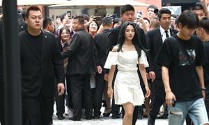 'Mỹ nữ đẹp nhất Trung Quốc' được cả đoàn vệ sĩ, trợ lý tháp tùng