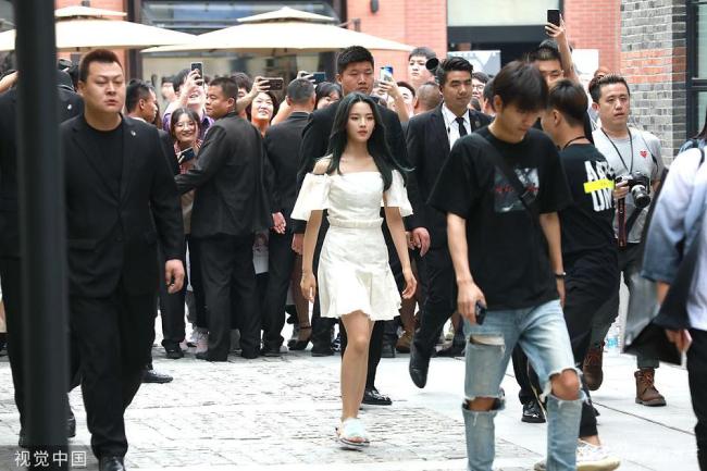 Cả hàng vệ sĩ làm hàng rào, chắn lối, ngăn cản khán giả tiếp cận Dương Siêu Việt. Anti fan của nữ ca sĩ cho rằng cô gái bày trò gây chú ý.