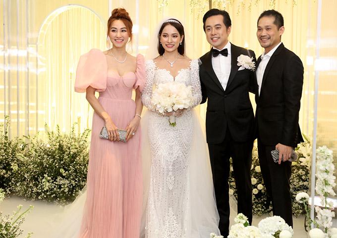 Vợ chồng Ngân Khánh rạng rỡ chụp ảnh cùng cô dâu - chú rể.