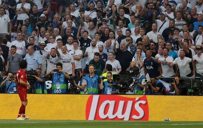 Người hùng của Liverpool bị CĐV Tottenham la ó phản đối