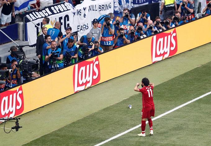 Hành động của chân sút người Ai Cập khiến fan đội bóng thành London tức giận, có người ném phiên bản Cup mini