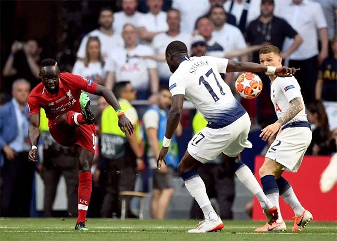 Tình huống dẫn tới bàn mở tỷ số của Liverpool gây tranh cãi trên Twitter.