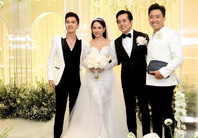 MC Minh Xù (trái) và Trấn Thành lịch lãm dự tiệc cưới.