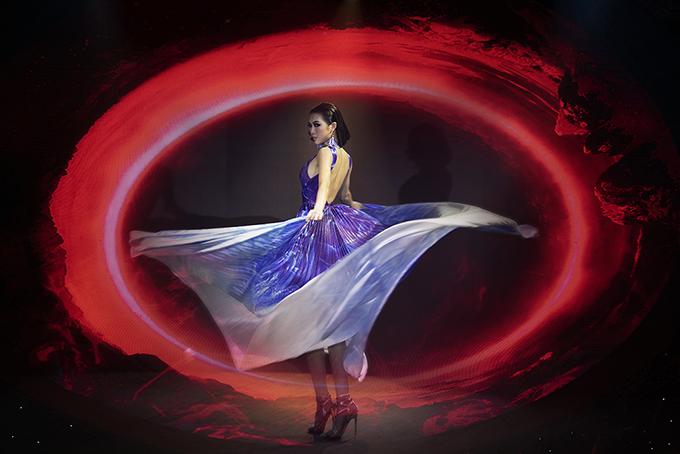 Tường Linh được Đỗ Long giao cho vai trò mở màn trong phần diễn thứ hai, bộ sưu tập gồm các mẫu thiết kế dạ tiệc theo dòng thời trang cao cấp.