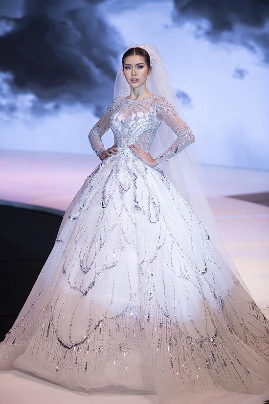 Minh Tú diện trang phục váy cưới đảm nhận vai trò vedette cho đêm diễn.
