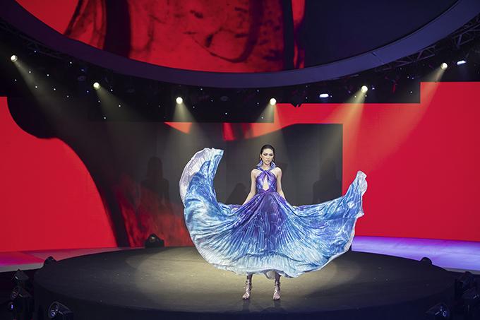 Tường Linh thể hiện những bước catwalk tự tin, liên tục dùng tay tung váy để tạo hiệu ứng bắt mắt trên bục tròn được bố trí giữa sân khấu thời trang.