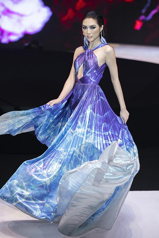 Người đẹp diện bộ trang phục mang tông màu chủ đạo là trắng - xanh, màu sắc đặc trưng của biển cả khiến người xem liên tưởng đến những con sóng cuộn trào.