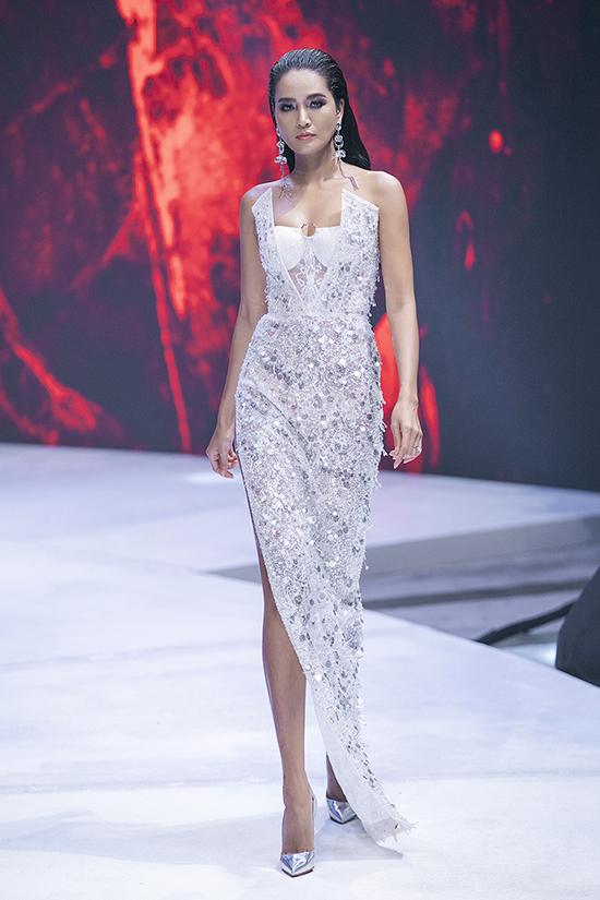 Sau màn giới thiệu các mẫu trang phục ứng dụng, Đỗ Long chiêu đãi khán giả có mặt trong show diễn bằng sự xa hoa trên váy đính kết.