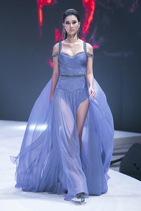 Váy dạ hội theo phong cách sexy luôn là thế mạnh của Đỗ Long, ở mỗi mùa mốt anh đều cập nhật các xu hướng mới để thu hút phái đẹp.