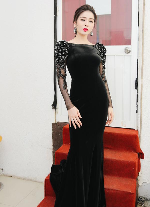 Lệ Quyên khéo tôn vóc dáng thon thả với váy nhung đen kiểu đuôi cá.