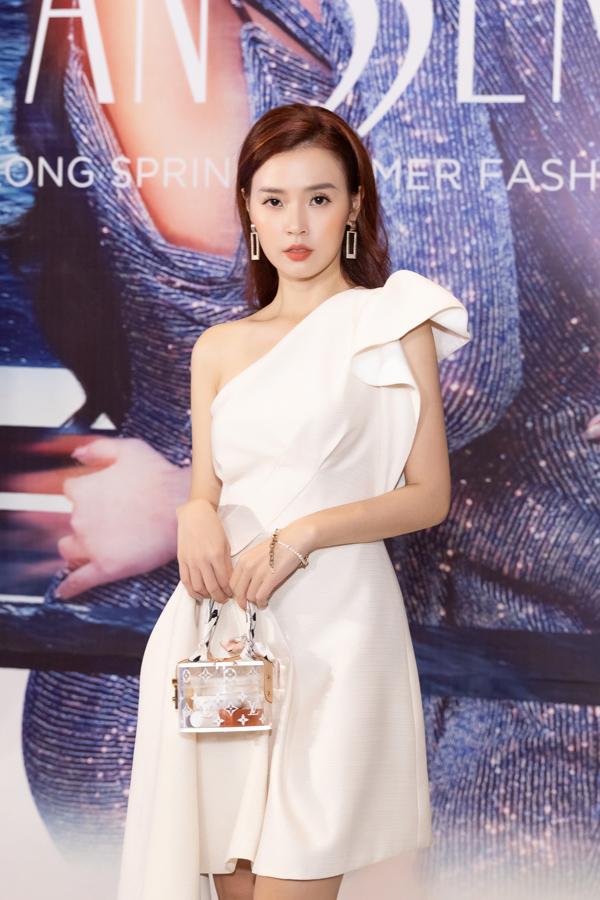 Tham dự show thời trang của NTK Đỗ Long, diễn viên Midu đẹp nhẹ nhàng trong chiếc váy lệch vai màu trắng thanh lịch.