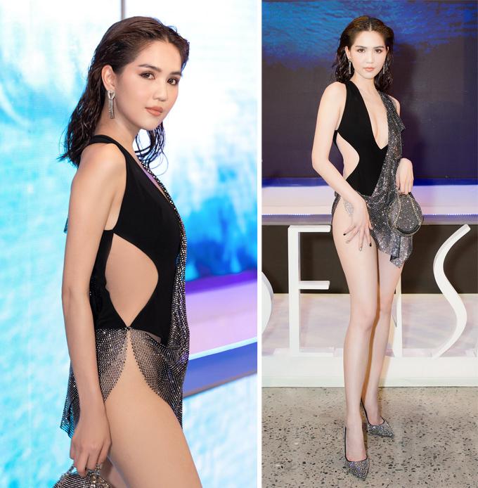 Sau lùm xùm bị chỉ trích vì mặc hở bạo trên thảm đỏ Liên hoan phim Cannes, Ngọc Trinh tiếp tục vấp phải nhiều ý kiến trái chiều khi dự show Đỗ Long với trang phục như đồ bơi đính thêm mảnh vải lấp lánh.