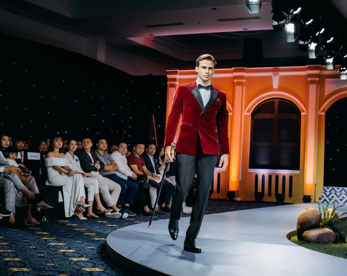 Với những sự kiện có tính chất quan trọng như dịp hỷ sự, các chàng rể cũng có thể thử sức với bộ tuxedo đỏ, quần đen, tôn dáng vóc.