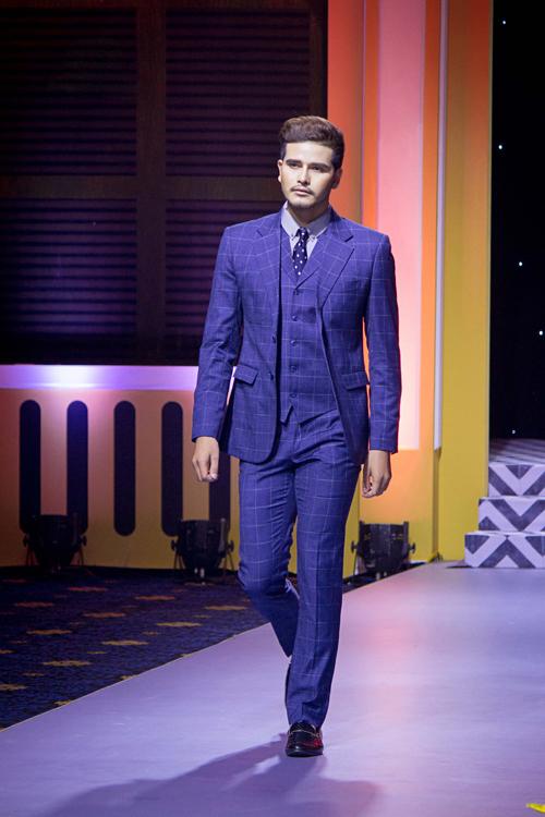Gam màu xanh trầm với phom đứng dáng, chất liệu vải cứng cáp, dày dặn, độn vai nhiều phù hợp với số đông nam giới.