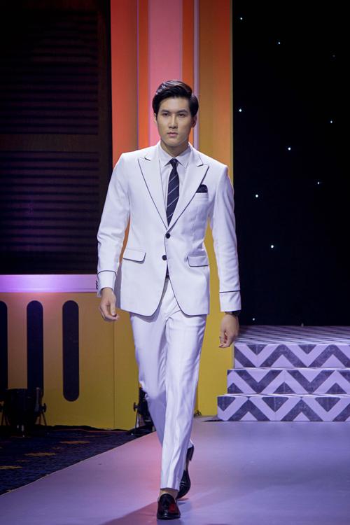 Nếu có vóc dáng gày gò, suit cưới màu trắng sẽ là lựa chọn hoàn hảo cho quý ông, giúp thân hình trở nên cân đối hơn.