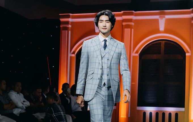 Suit màu xám phối hợp cà vạt xanh tím than mang đến cho chú rể hình ảnh trẻ trung, khí khái.