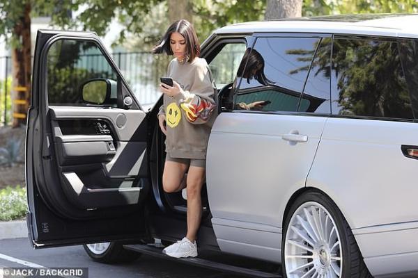 Phóng viên ảnh bắt gặp Kim Kardashian được bắt gặp khi tới thăm trụ sở sản xuất dòng sản phẩm mới thuộc thương hiệu của em gái Kylie Jenner.