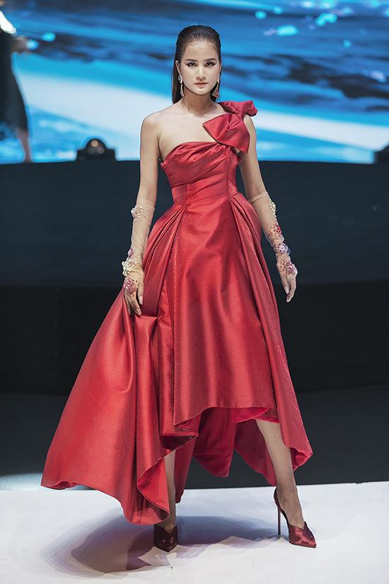 Song song với các dáng váy hiện đại, nhà thiết kế còn mang tới các mẫu đầm xếp khối cầu kỳ.