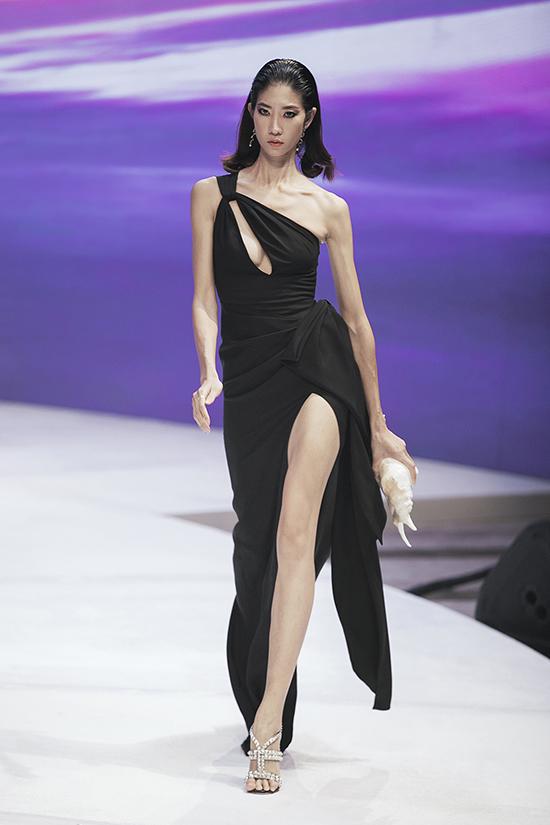 Váy đi tiệc tông màu đơn sắc vẫn có thể giúp phái đẹp cuốn hút tại sự kiện nhờ những khoảng hở ấn tượng.
