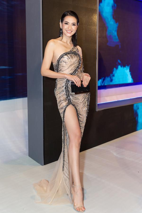Trong khi đó, cựu người mẫu Anh Thư chọn bộ đầm xẻ cao với điểm nhấn là kỹ thuật đính kết tạo họa tiết tinh xảo.